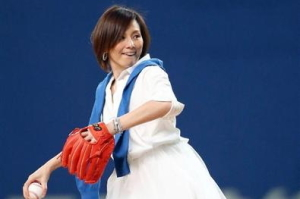 米倉涼子 始球式.jpg