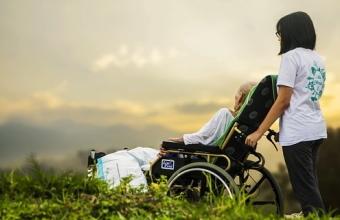 香川照之父親病気車椅子.jpg